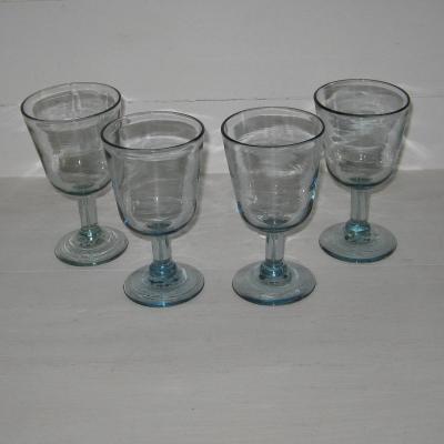 Quatre verres à pied anciens en verre bleu